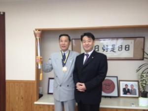 経過報告に佐久市役所を 訪れた大原工業春原社長と柳田清二市長